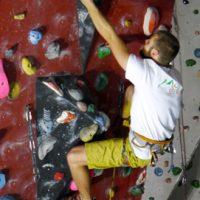 Klettern an der künstlichen Wand